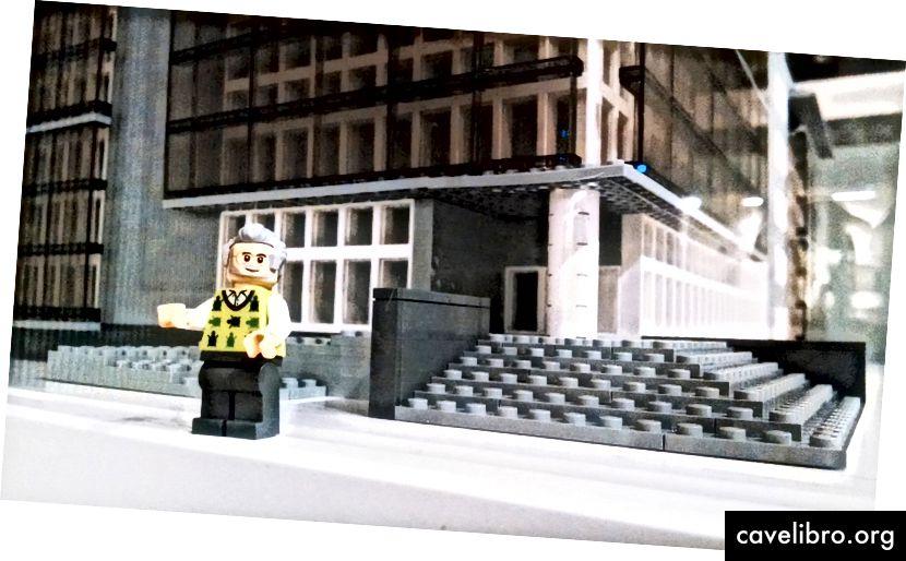 Seymour Papert LEGO -minifiguuri seisoo räätälöityjen LEGO Media Lab -alueiden ulkopuolella. Kuva: Maia Weinstock.