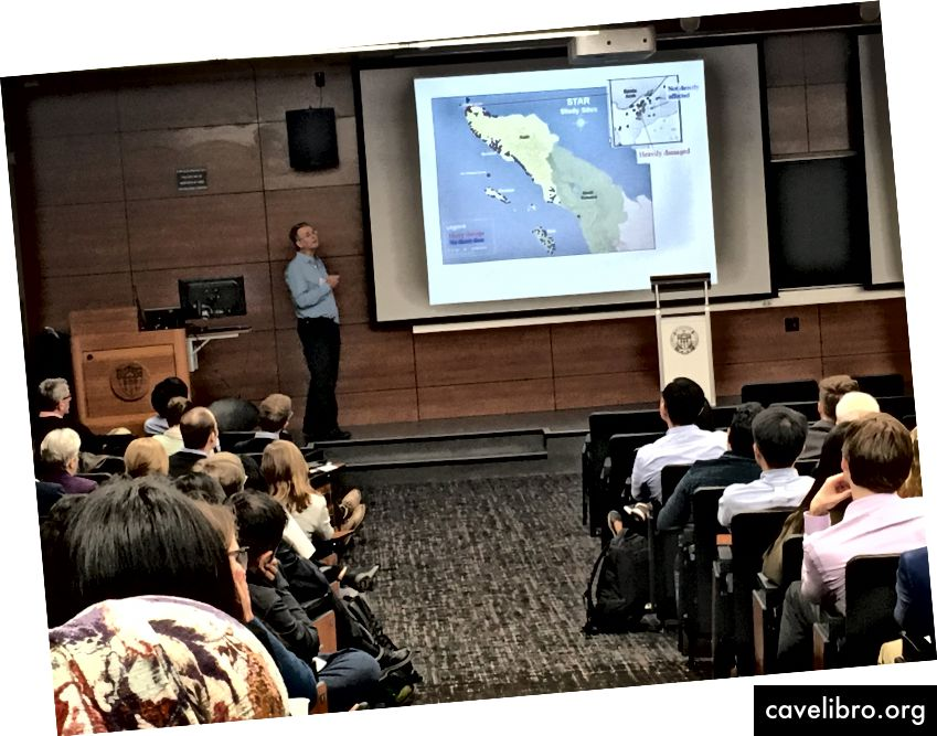 Le professeur Duncan Thomas fait un exposé liminaire sur la mortalité par exposition aux tsunamis. (Crédit: CESR)