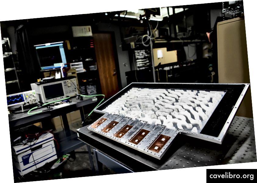प्रूफ-ऑफ-कॉन्सेप्ट डिवाइस का आकार माइक्रोवेव की तरंग दैर्ध्य के समानुपाती होता है, और स्विस पनीर पैटर्न को आसान बनाने के लिए चुना गया था।