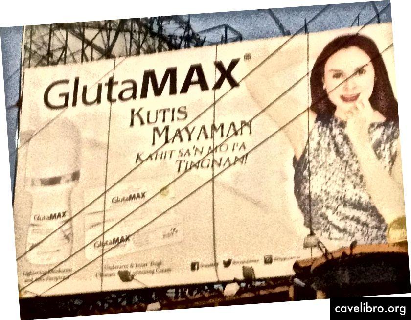 """Un panou publicitar din Filipine care face reclamă unui produs de albire. """"Kutis mayaman"""" se traduce prin """"piele bogată"""", spunând unei persoane că, dacă cumpără acest produs, vor avea """"piele bogată""""."""