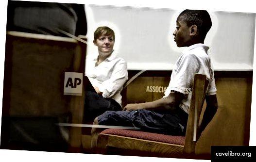Eds Vaits vidusskolā Sanantonio, Teksasā, students pārrunā neseno konfliktu ar citu studentu, kas atrisināts, izmantojot atjaunojošo taisnīgumu. Ēriks Gejs / AP