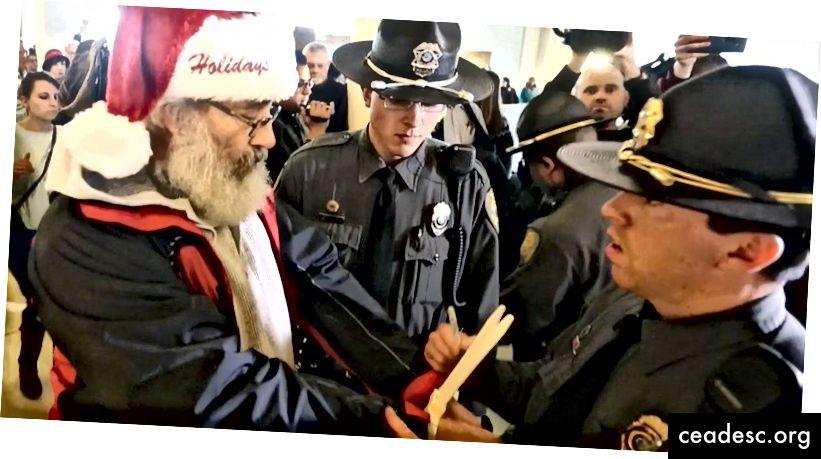 Protestiv jõuluvana arreteeriti NC Peaassambleel 16. detsembril 2016. Foto viisakalt Raleigh News & Observerilt ehyman@newsobserver.com