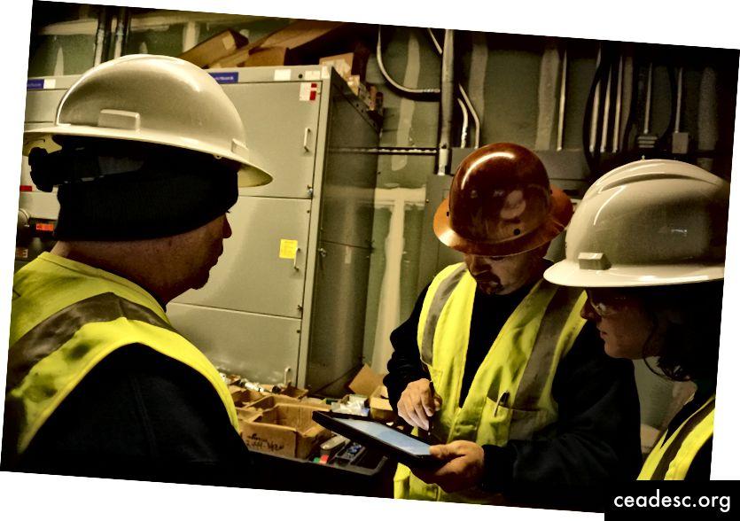L'équipe de PlanGrid se rend sur un chantier de construction pour renforcer les connaissances des clients et des produits.