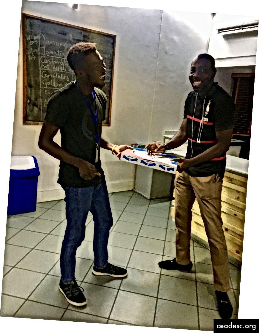 ¡La pizza de Sorpresa Domino se entrega al equipo de Gobble Andela en Lagos, Nigeria!