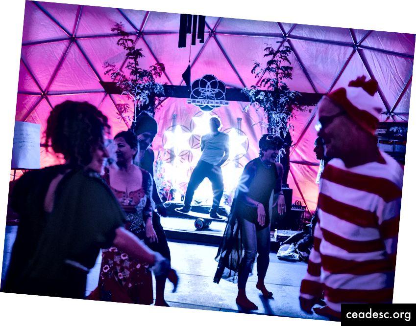 Los participantes bailan en el
