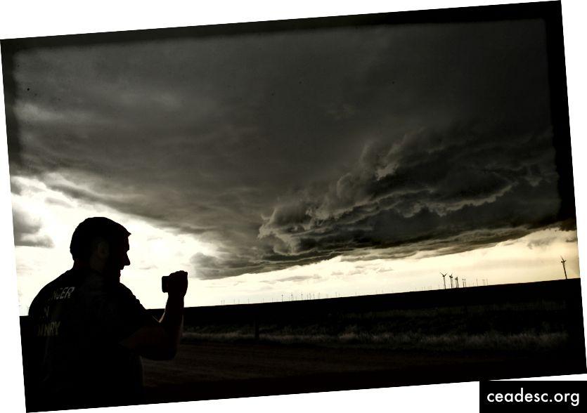Myrskynhakkuri tarkkailee superkennon ukkosta, kun hän suoratoistaa videota älypuhelimellaan 8. toukokuuta 2017 Elbert Countyssä lähellä Limonia, Colorado - Drew Angerer / Getty Images