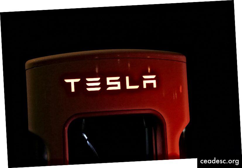 Finalmente, Tesla pasó a construir infraestructuras enteras para soportar sus autos, como esta estación