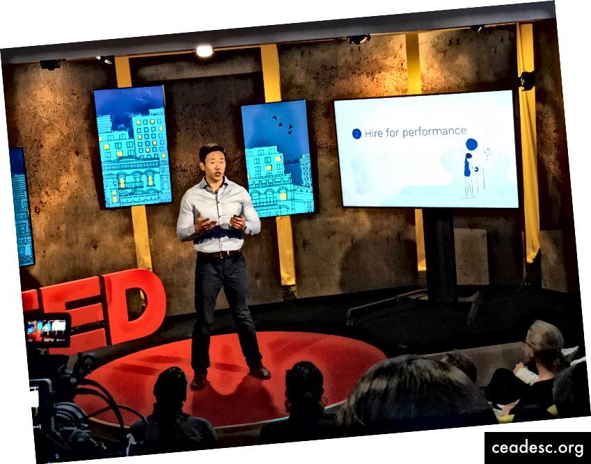Dando mi charla TED al final del programa de residencia