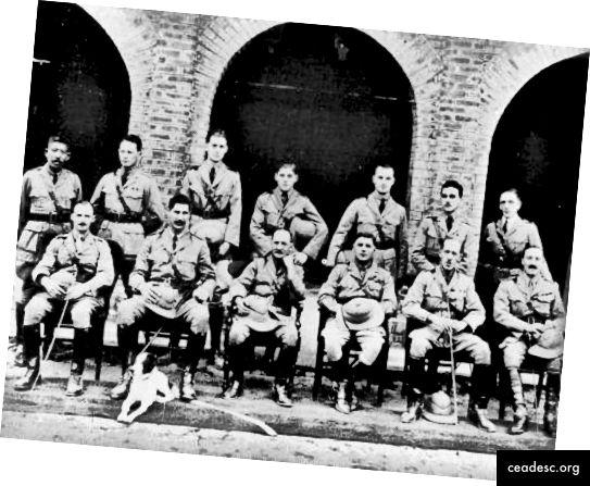 Uomo in uniforme: Orwell (fila posteriore, terza da sinistra) mentre si allena in Birmania nel 1923. Fotografia: Georgeorwellnovels.com