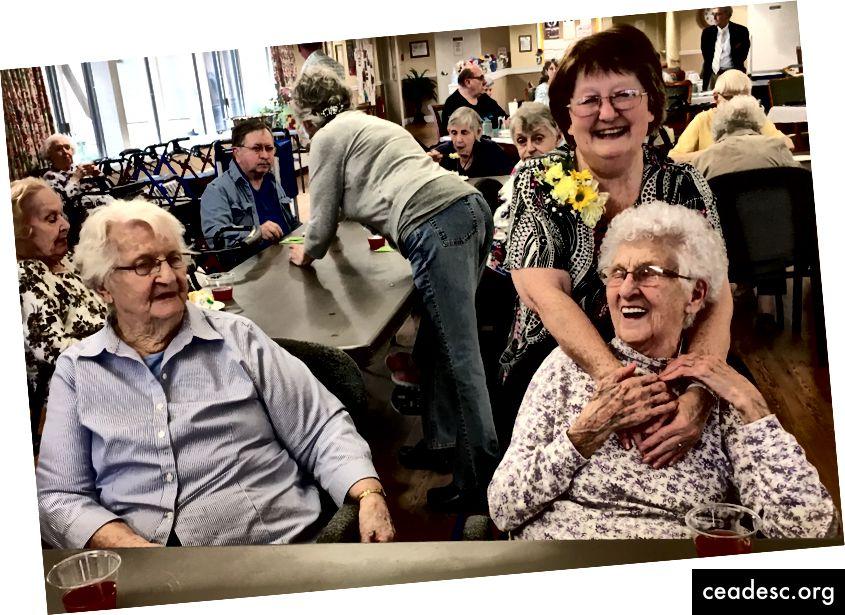 Dans une bonne résidence pour personnes âgées, il y a du temps pour la conversation et les câlins. Photo: Nancy Peckenham