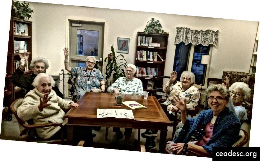 C'est ma mère à l'avant gauche avec d'autres membres du groupe de mots croisés. Photo: Nadene Saulnier