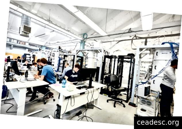 Algunos miembros del equipo de Rigetti y nuestras computadoras cuánticas en Berkeley, CA