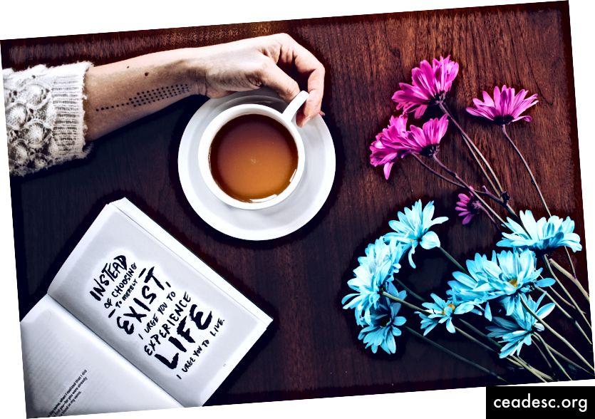 """""""Човек, който държи халба до цветя"""" от Каталог на мисълта на Unsplash"""