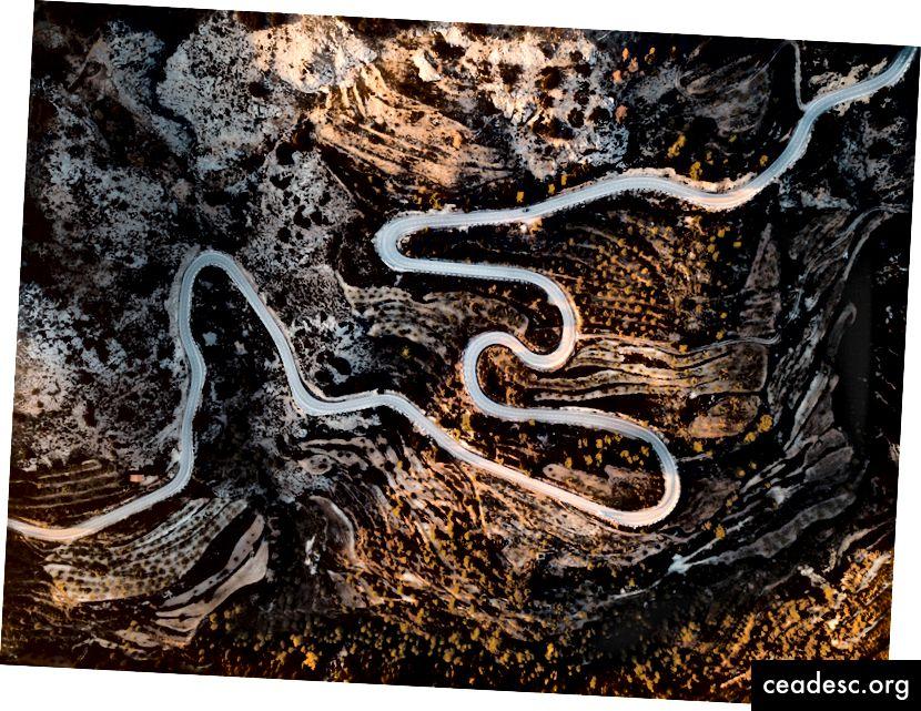 """Jack Anstey """"maantee aerofotograafia"""" saidil Unsplash. Pikk tee = pikk märts ?? Võib olla?"""