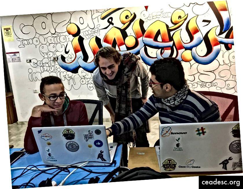 طلاب من أكاديمية Code يناقشون مشروعهم مع معلمه في لندن