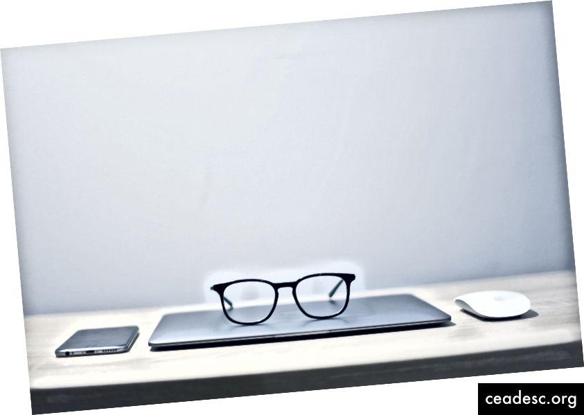 """""""Черни рамкирани очила"""" от Исус Китеке на Unsplash"""
