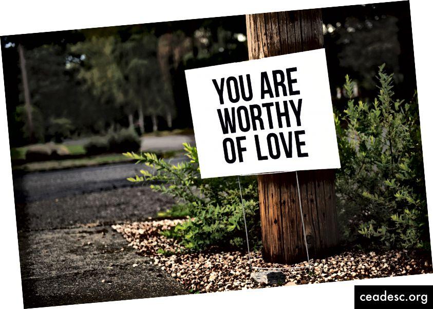 """Tim Mossholder """"olet rakkausmerkin arvoinen puun ja tien vieressä"""" Unsplash-sivustossa"""
