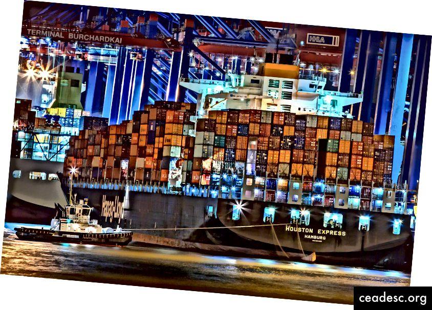 Image Courtesy Julius Silver - Pexels.com - أتمنى أن يكون لديهم تزامن حول كيفية تحميل الحاويات على هذه السفن ... لا أستطيع أن أتخيل المتغيرات المعنية: توزيع الوزن. الوجهة وترتيب الإزالة. التقلب. هذه الصورة تجعلني سعيدًا لأنني أعمل في برنامج حيث أحصل على المساعدة في إدارة التعقيد!