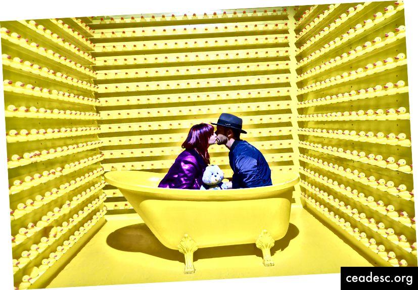 """""""Homme et femme s'embrassant dans une baignoire jaune"""" de JOSHUA COLEMAN sur Unsplash"""