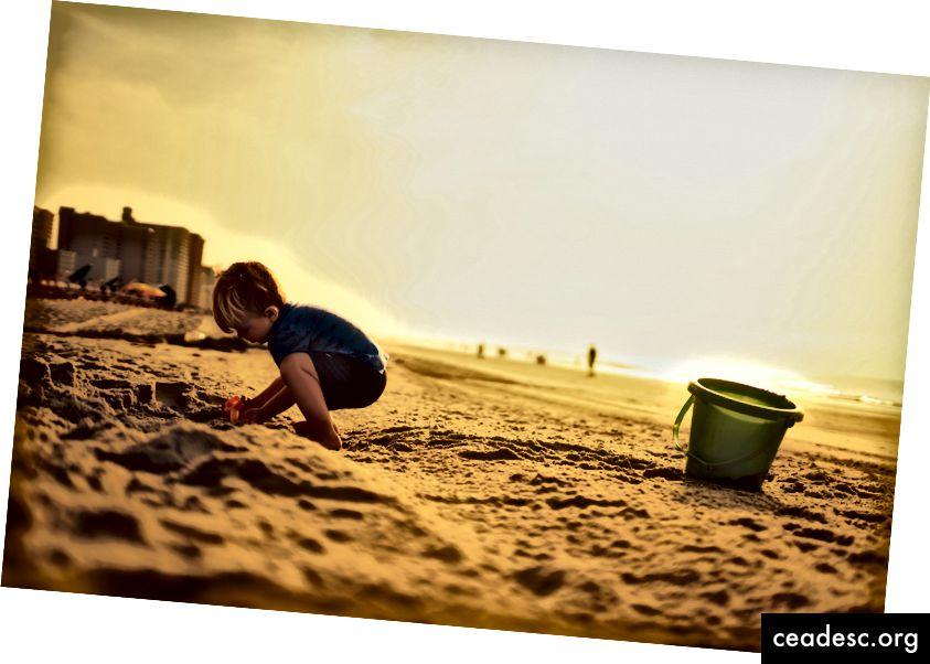 আনপ্লেশ-এ জেরেমি ম্যাককাইটের ছবি Photo
