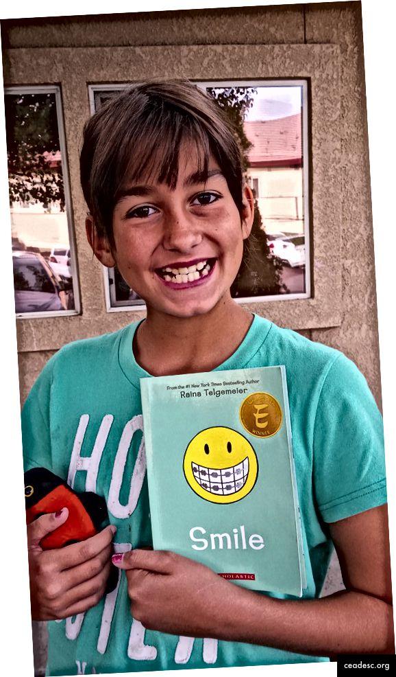 Kymmenen vuoden ikäinen Ruby hymyillen matkalla saadakseen housunkannattimensa. Syyskuu 2015.