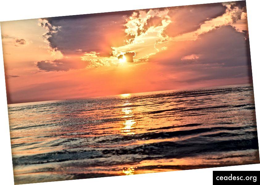 """""""Ilus päikeseloojang pilves taevas, valatud rahuliku ookeani kohale."""" Sebastien Gabriel saidil Unsplash"""