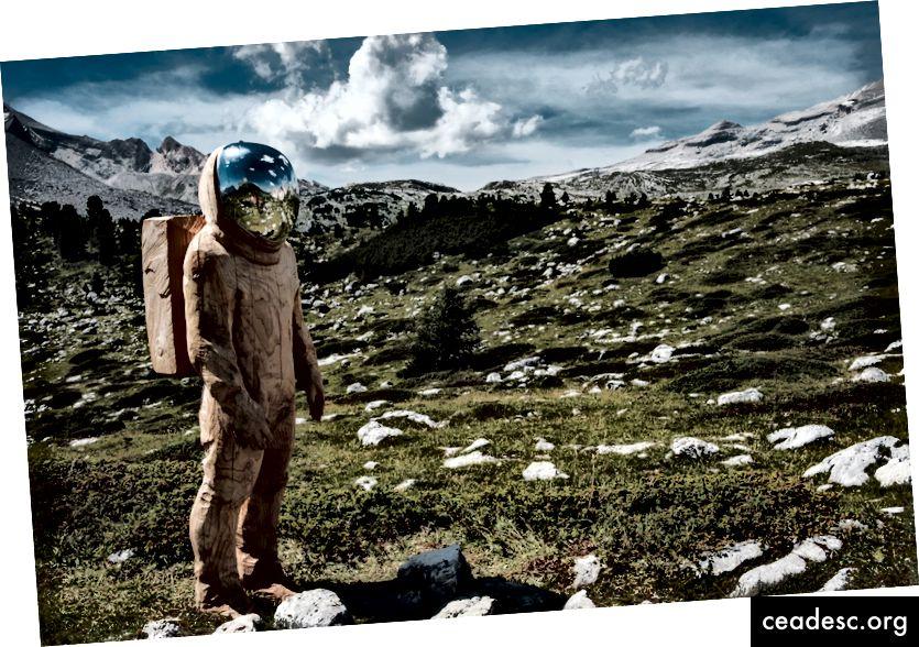 """""""Astronaudist välimusega inimene, kes on mähkmetes seljakotis, selga ajamas ülikonnas."""" Jonas Verstuyft saidil Unsplash"""