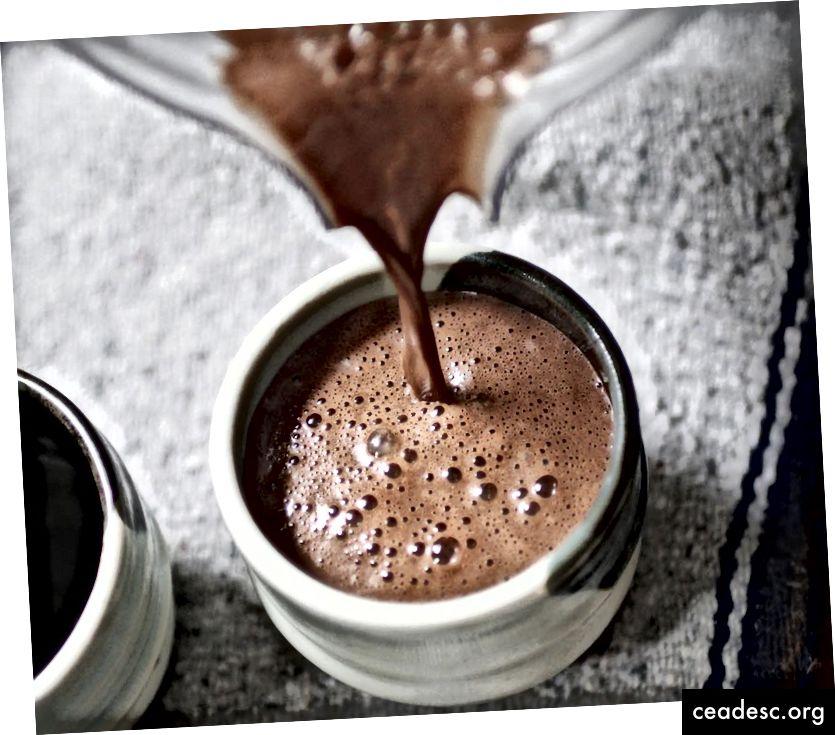 Bütün bu elementlərdən xəbərdar olmaqla, kakao hazırlamaq ritualı ilə birlikdə ortaya çıxan müsbət duyğuları və hissləri gücləndirəcəksiniz - və bu vərdişi qurmağı daha da asanlaşdırır.