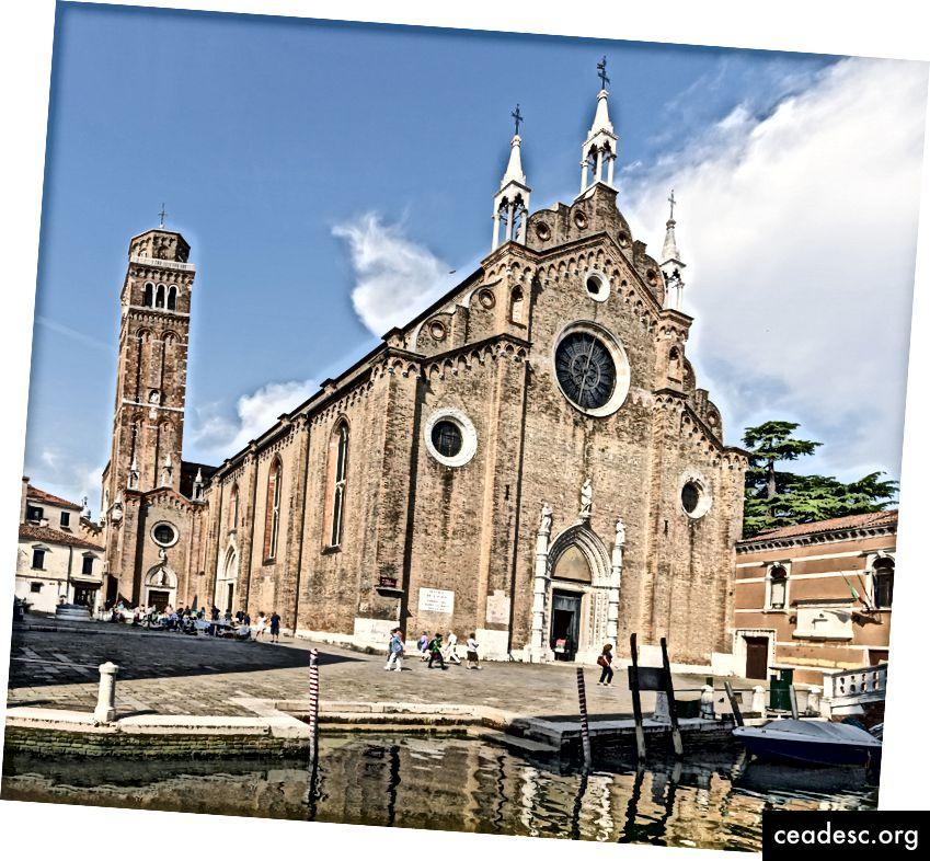Façade de Santa Maria Gloriosa dei Frari à Venise. Via Wikimedia Commons