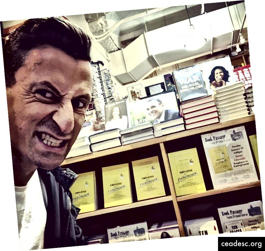 Pas très modestement, posant avec tout un rang de mes livres au Book Passage, dans le Ferry Building de San Francisco.