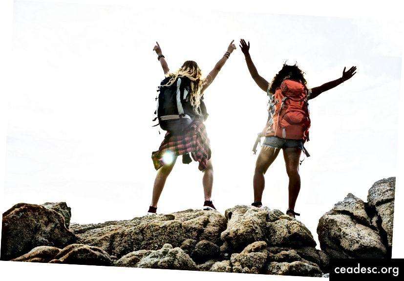 """""""Kvinde stående på brun sten om dagen"""" af rawpixel på Unsplash"""