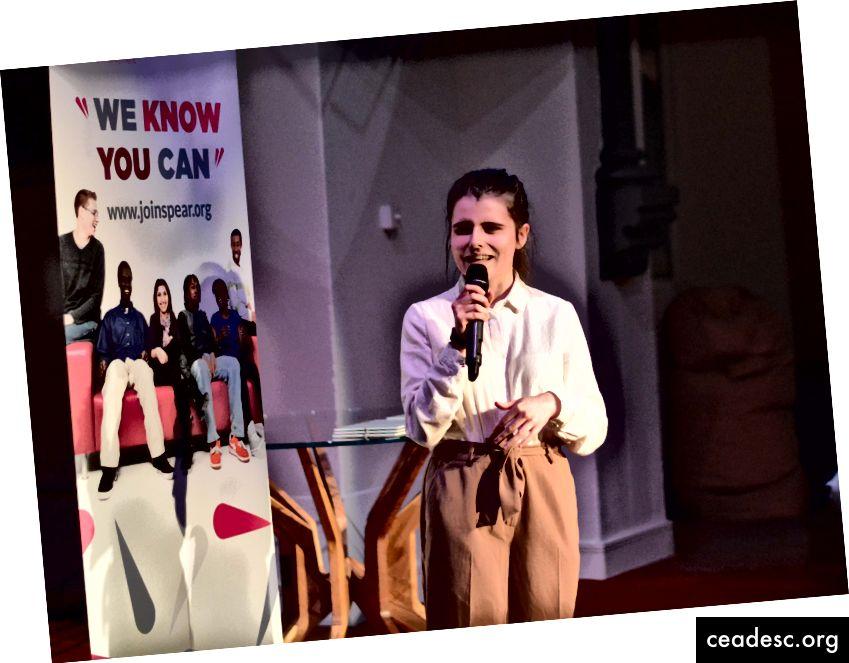 Katie dando su presentación final como parte del programa.