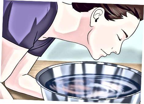 De oogdouche toedienen met een kom