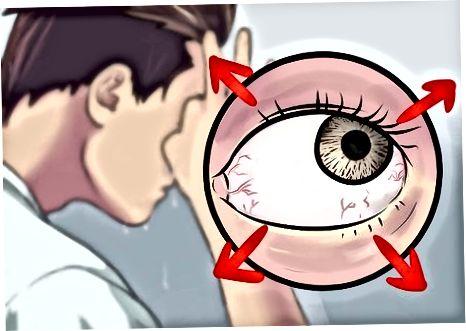 De oogdouche toedienen met een kopje