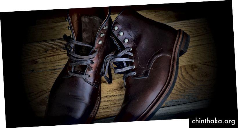 Sie sind auch sehr, sehr bequem. Lederstiefel sollten eine Weile dauern, bis sie eingelaufen sind und ihre Form an Ihren Fuß angepasst haben, aber diese waren vom ersten Tag an bequem.