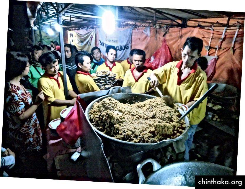 ناسي جورينج كامبينغ (لحم الماعز أرز مقلي) يجري إعداده بكميات كبيرة في جاكرتا. (تصوير غوناوان كارتابراناتا)