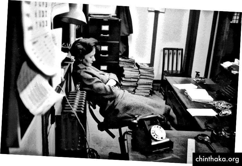 18. Februar 1956: Picture Post Sekretärin Frau Barbara Scoble schläft an ihrem Schreibtisch. (Foto von Thurston Hopkins / Picture Post / Getty Images)