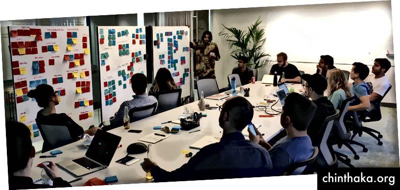 Die Teams präsentieren sich gegenseitig ihre Ideen während einer Produkt-Brainstorming-Sitzung im Instacart HQ.