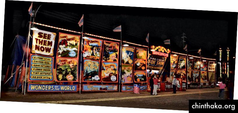 Werbebanner der größten Show dieses Jahrhunderts, Jim Zajiceks Big Circus Sideshow. Foto gemacht von einem anderen großen Schausteller und von einem guten Freund, Rick West.