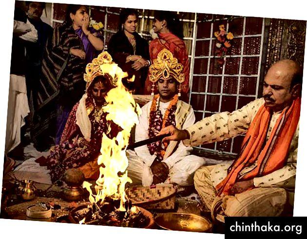 Tradicionalna ceremonija vjenčanja u Oriji u Indiji obred desnog prolaska koji su prakticirali hinduistička vjera kako bi ceremonijalizirali zajednicu dvoje ljudi.