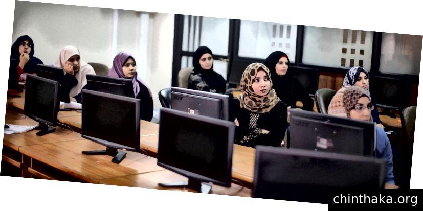 パレスチナの起業家は、ガザ市でのトレーニングセッションに参加します。画像:REUTERS / Ibraheem Abu Mustafa