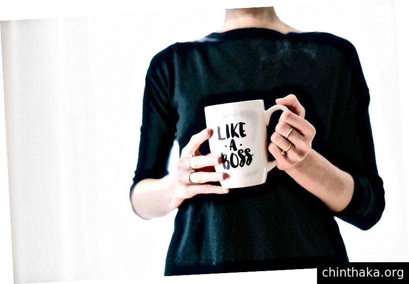 UnsplashのBrooke Larkによる「ボスのように」プリントされた白いマグカップを持つ女性