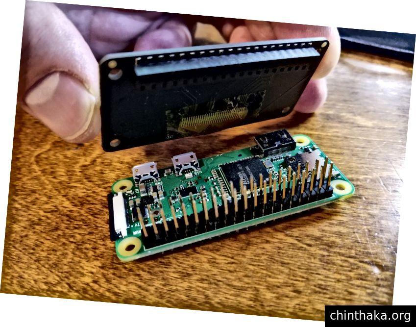 Montering af OLED-motorhjelm og hindbærpi vha. Den dobbelte hanhoved