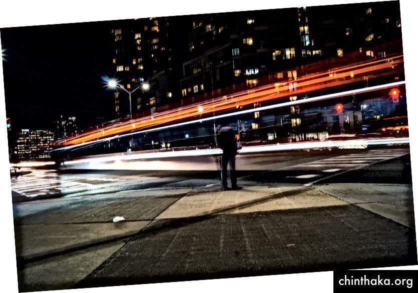 «Φωτογράφηση του χρόνου που ο άνθρωπος στέκεται δίπλα στο δρόμο και τη γέφυρα κατά τη διάρκεια της ημέρας» από τον Ahsan Avi στο Unsplash