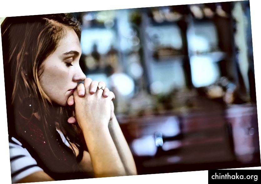 """""""Kvinde beder"""" af Ben White på Unsplash"""