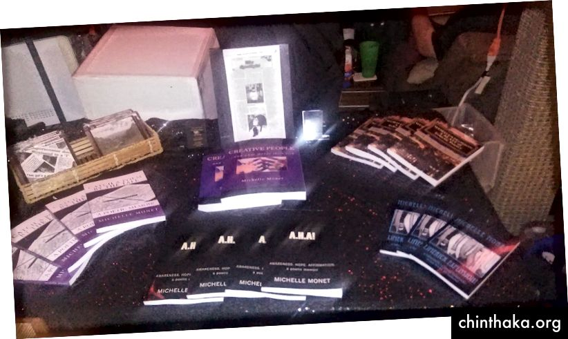 أستعد للذهاب إلى مهرجان أدبي الشهر المقبل لبيع / تسويق / مشاركة كتبي. ها هم على طاولة المطبخ.