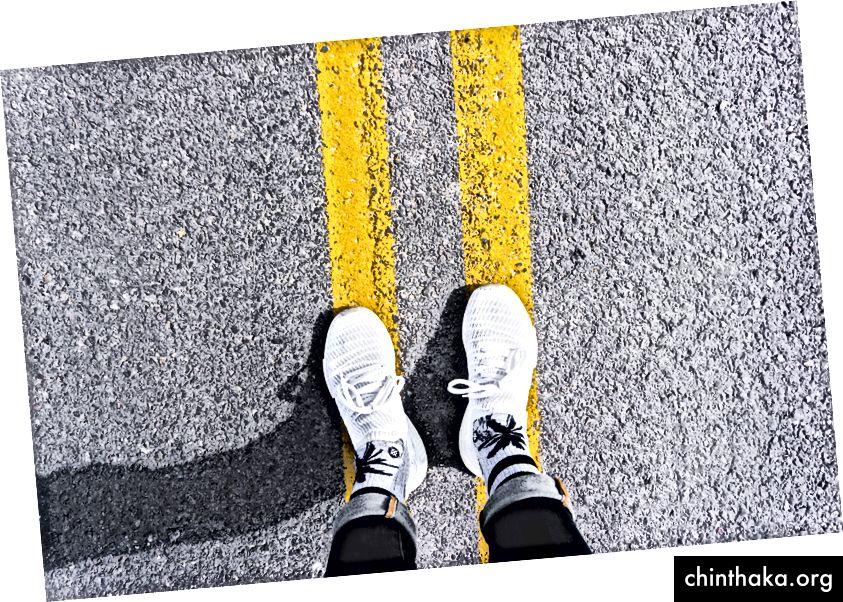 """Sarı boya ile gri asfalt yolda duran kişi"" Unsplash'ta Max Nelson tarafından"