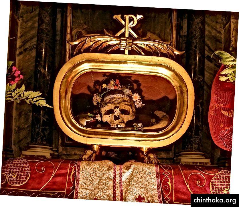 بقايا القديس فالنتين في كنيسة سانتا ماريا في كوزمين ، روما بقلم Dnalor_01 على ويكيميديا كومنز