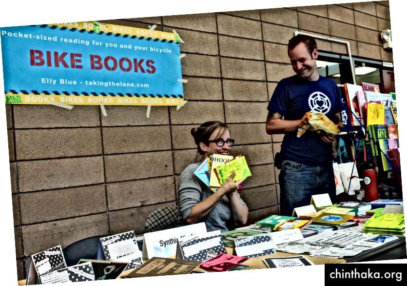 Elly Blue (stânga) cu Joe Biel de la Microcosm Publishing (dreapta)
