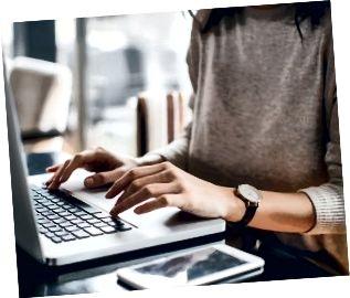 Kvinna som använder hennes bärbara dator